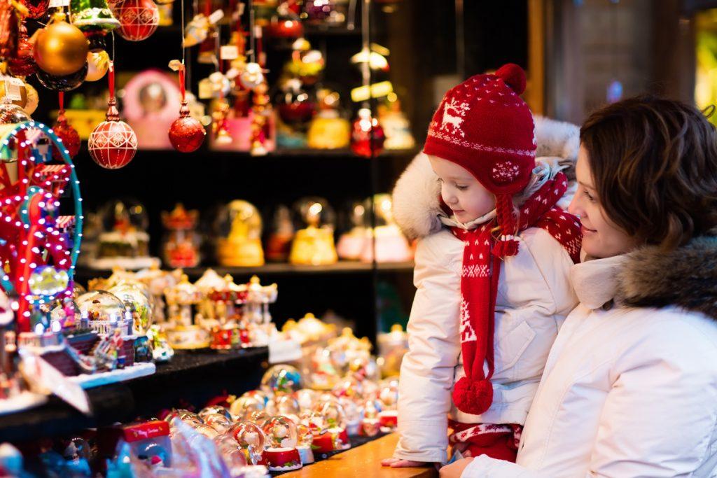 madre e hija mirando escaparate en navidad. Concepto: Cómo contratar a empleados durante la temporada festiva