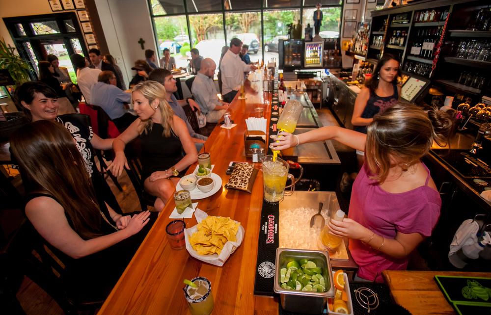 """Restaurante mexicano lleno para la ilustrar la idea de """"cómo hacer crecer tu restaurante"""""""