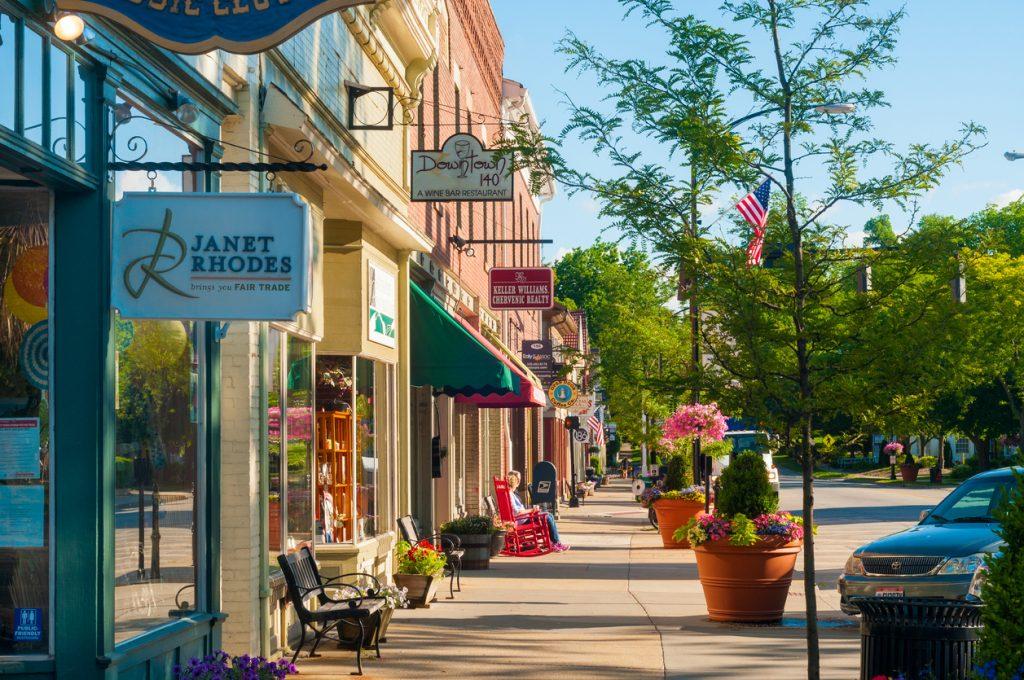 Calle peatonal con pequeños negocios y tiendas. Concepto: Semana Nacional de la Pequeña Empresa