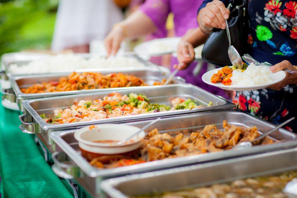 Primer plano de bandejas de comida de un negocio de catering.