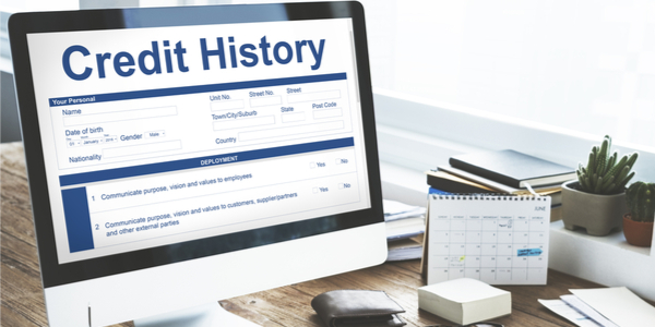 """Computer showing a credit history report to express the idea of """"build credit"""" or """"construir crédito"""""""