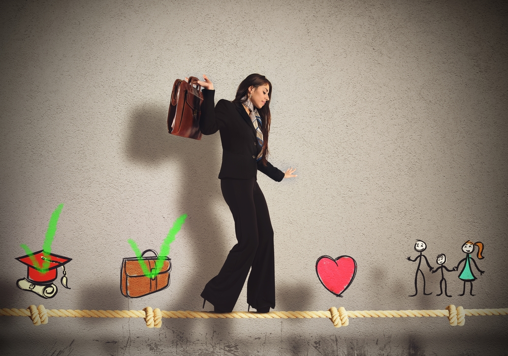 Mujer de negocios caminando sobre la cuerda floja representando la idea de alcanzar el equilibro entre trabajo y vida