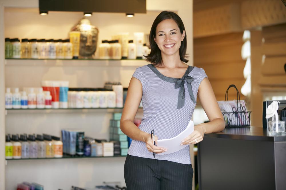"""Mujer latina dueña de un negocio en su tienda, ilustrando la idea de """"préstamos para mujeres"""""""
