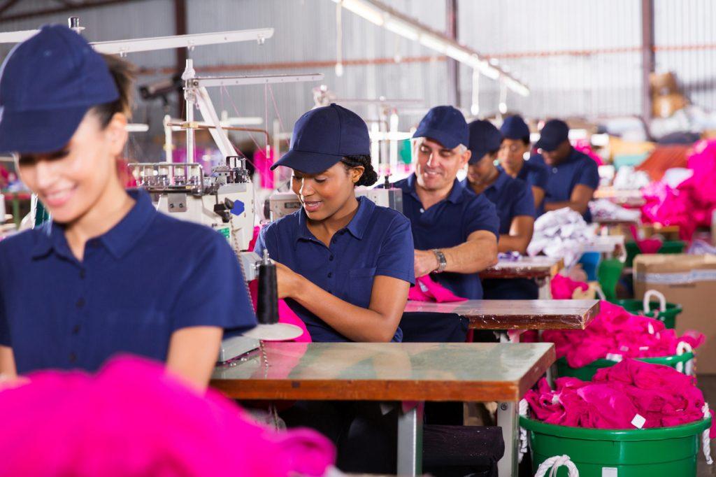 Grupo de trabajadores en fábrica de confección, para ilustrar el concepto de costos de mano de obra