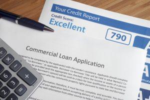 Reporte de credito con solicitud de prestamo sobre escritorio. Concepto: reporte de credito.
