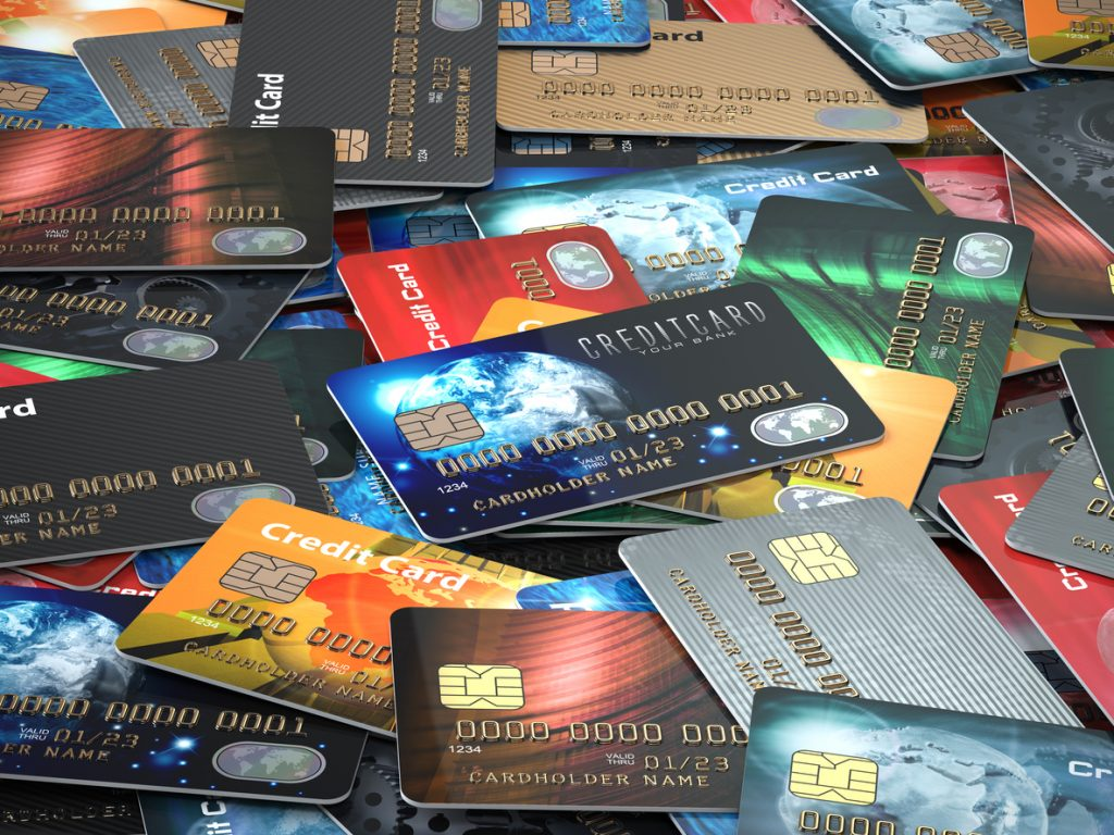 Montón de tarjetas de credito de múltiples colores. Concepto: tarjetas de credito comerciales.