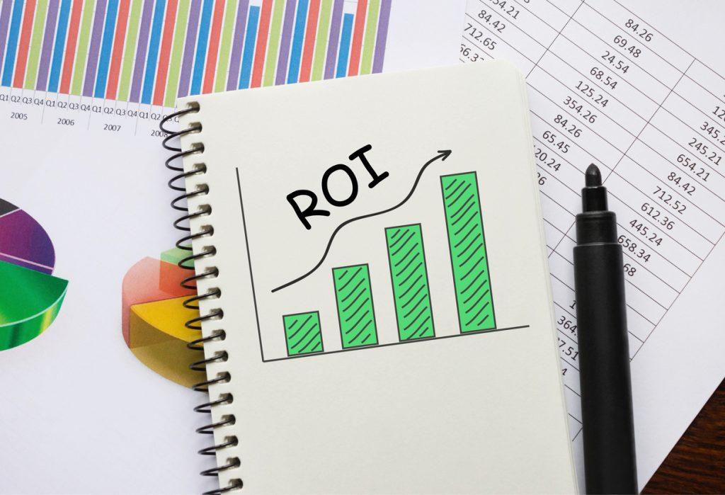 Notas y gráficos en papel reflejando el rendimiento de una inversión