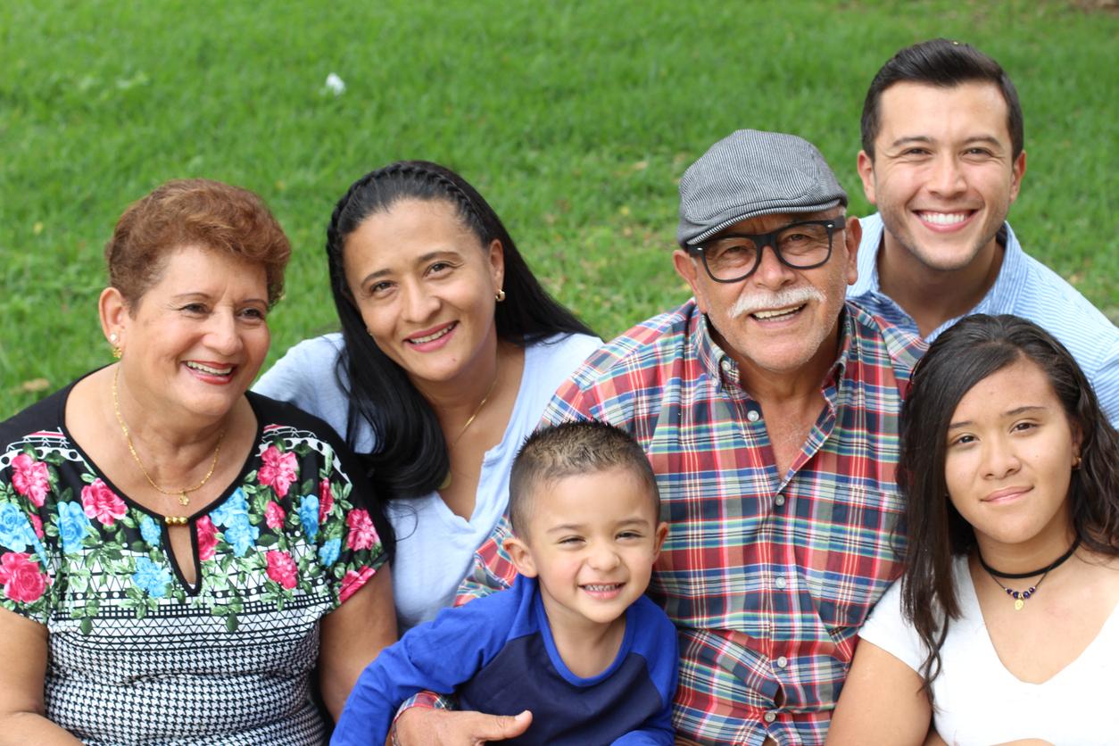 Tres generaciones de una familia hispana: abuelos, padres e hijos. Concepto: inmigrantes indocumentados.