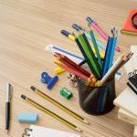 Varios materiales de oficina sobre escritorio de madera