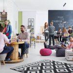 Empleados en área social en una oficina creativa y moderna. Concepto: Cómo organizar el espacio en tu oficina