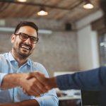 Empresario dando la mano al representante de una gran compañía. Concepto: contrato de proveedor.