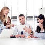 Reunión de jóvenes empresarios en oficina. Concepto: cómo fomar una LLC
