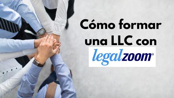 """Equipo juntando manos con la leyenda """"Cómo formar una LLC con LegalZoom"""" y el logotipo de LegalZoom en el fondo."""