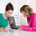 Empresaria reunida con contable en oficina y usando laptop. Concepto: Manejo de flujo de efectivo.