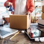 Mujer empaquetando cajas.Concepto: cómo vender en línea