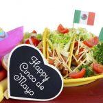 Plato y decoraciones mexicanas con la leyenda: Feliz Cinco de Mayo.