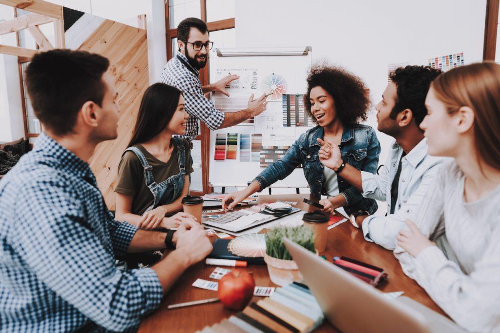 Presentación de estrategias de marketing en las oficinas multi-étnicas de un negocio de temporada. Concept: estrategias de marketing para negocios de temporada