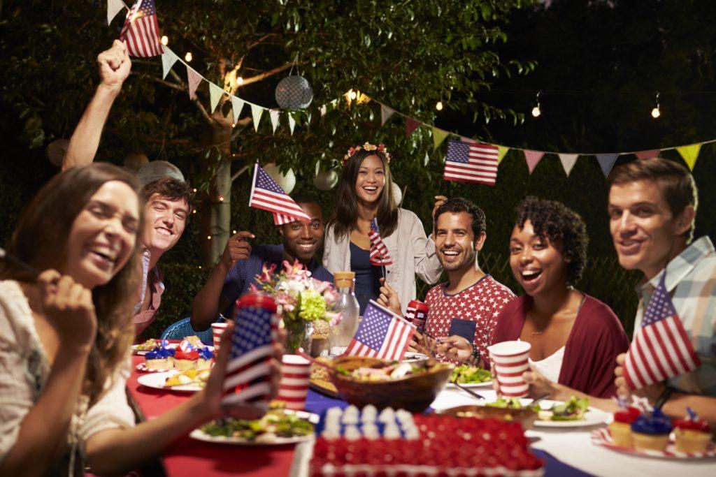 Foto de amigos celebrando el 4 de julio en una festa. Concept: como incrementar ventas durante el 4 de julio
