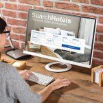 Mujer en camputadora haciendo una reserva de hotel. Concepto: Software de reservas en línea