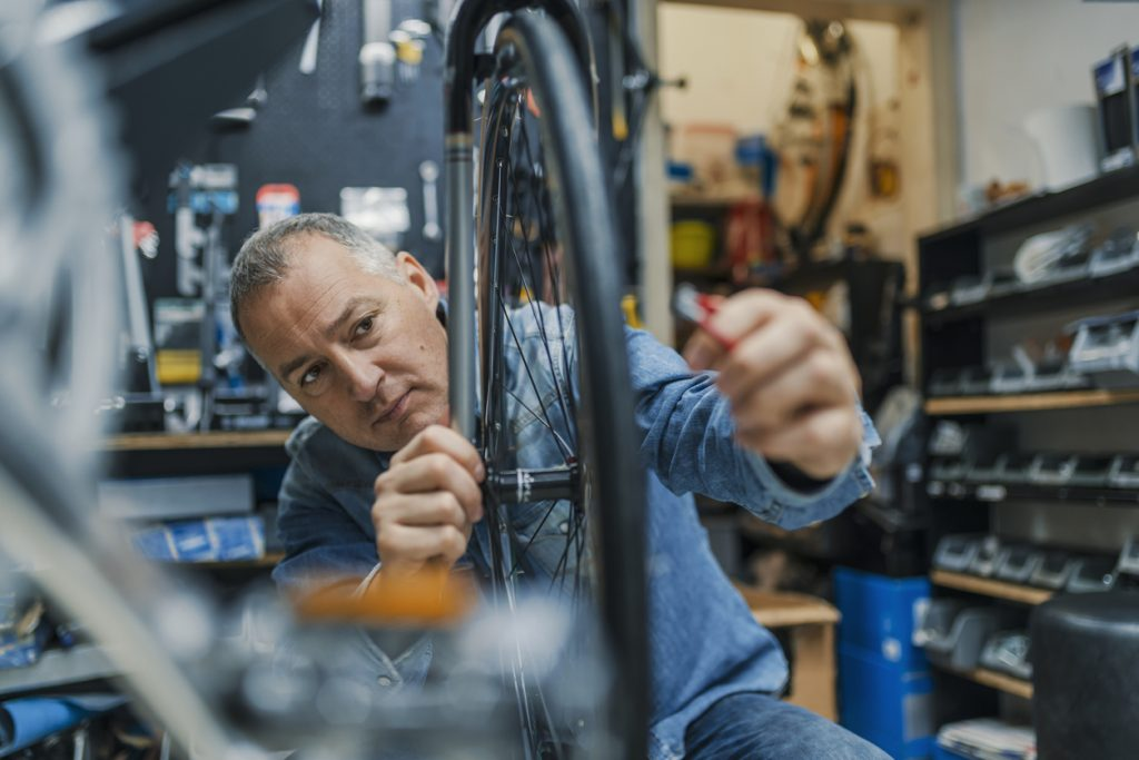 Técnico en taller de reparación de bicicletas. Concepto: Tarjetas de crédito o préstamos de Camino Financial