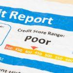 Reporte con mal puntaje de crédito en papel arrugado. Concept: Cómo obtener un préstamo comercial con mal crédito