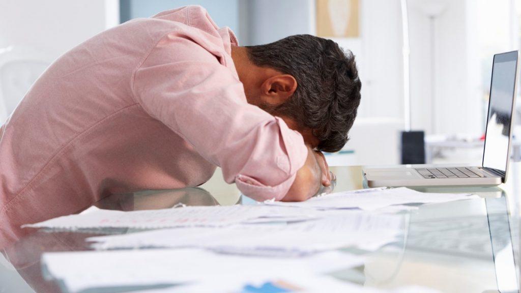 Hombre estresado trabajando en la oficina
