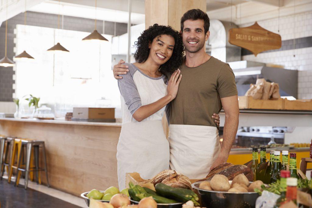 Retrato de una pareja dueña de una tienda de comida orgánica. Concept: apoya a las pequeñas empresas