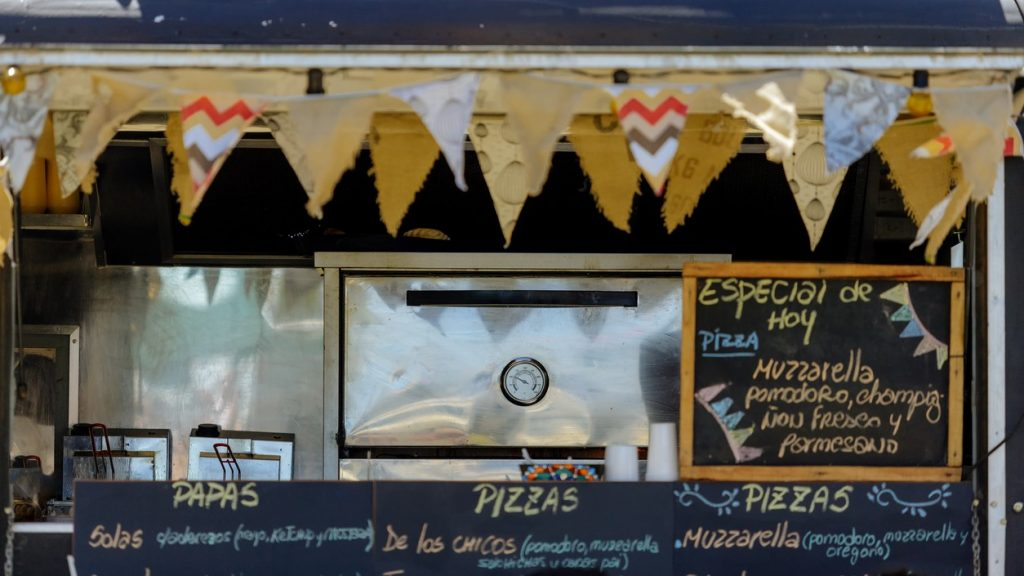 Banderas colgadas enfrente de un food truck. Concept: cómo empezar un food truck para expandir tu restaurante
