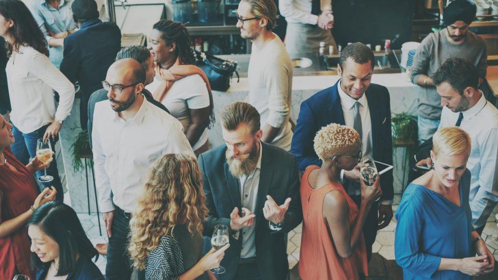 Networking casual, discución, meeting, colegas. Concept: mejores eventos de negocios