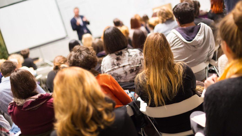 Orador dando una plática sobre negocios, emprendedores y emprendedurismo. concept: mejroes eventos de negocios