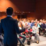 Orador en un evento de negocio. Conferencia y presentación. Concept: Los mejores eventos y conferencias de negocios