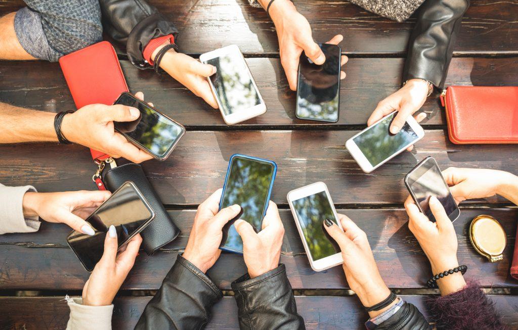 Grupo de personas divirtiéndose con sus cellares, comunidad de personas en redes sociales. Concept: comunidad, redes sociales