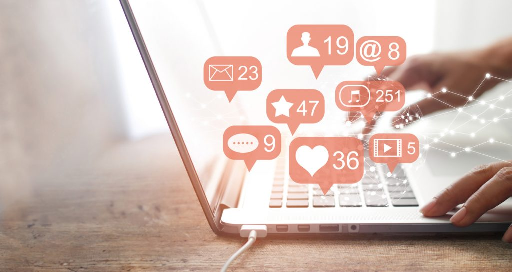 Manos usando redes sociales en una laptop. Concept: redes sociales, comunidad