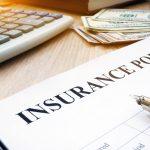 Contrato de seguro y dólares en un escritorio. Concept: Seguro