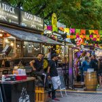 Food trucks en festival al aire libre. Concepto: Plan de negocios para food trucks