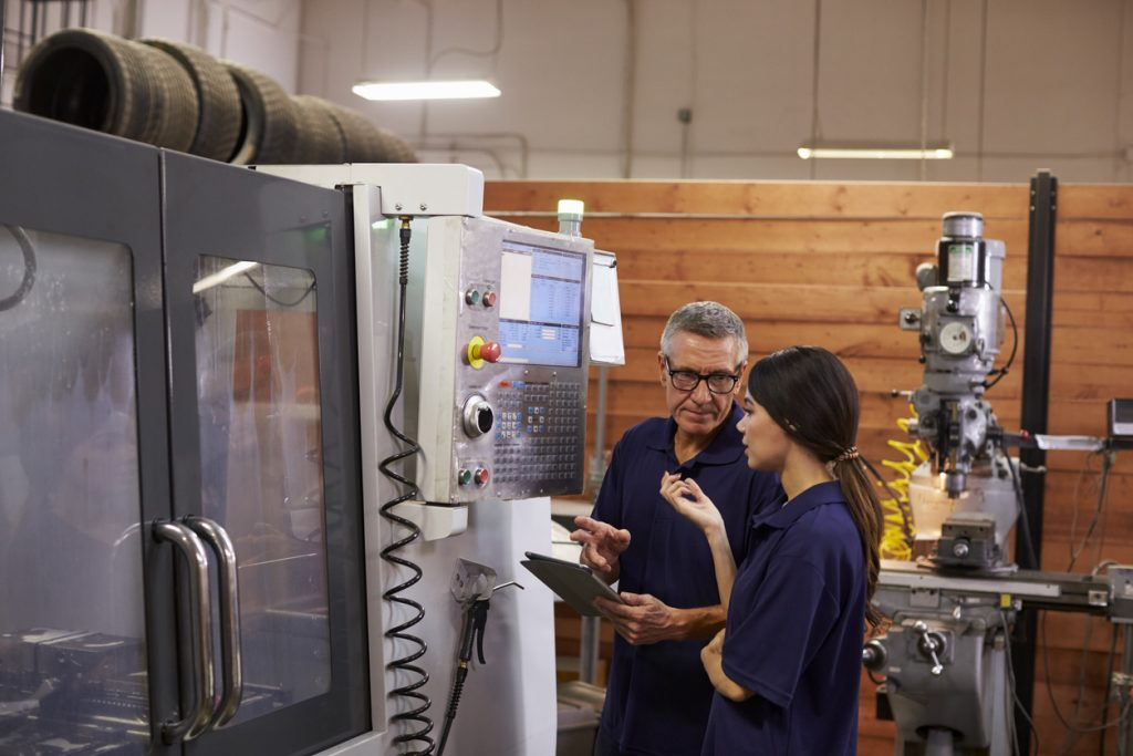 Ingeniero entrenando a aprendiz, equipo de empresa, fábrica. concept: arrendar o comprar