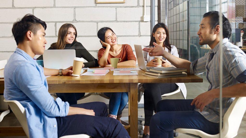 grupo multirracial de personas discutiendo un una oficina moderna. concept: certificación de negocio minoritarii