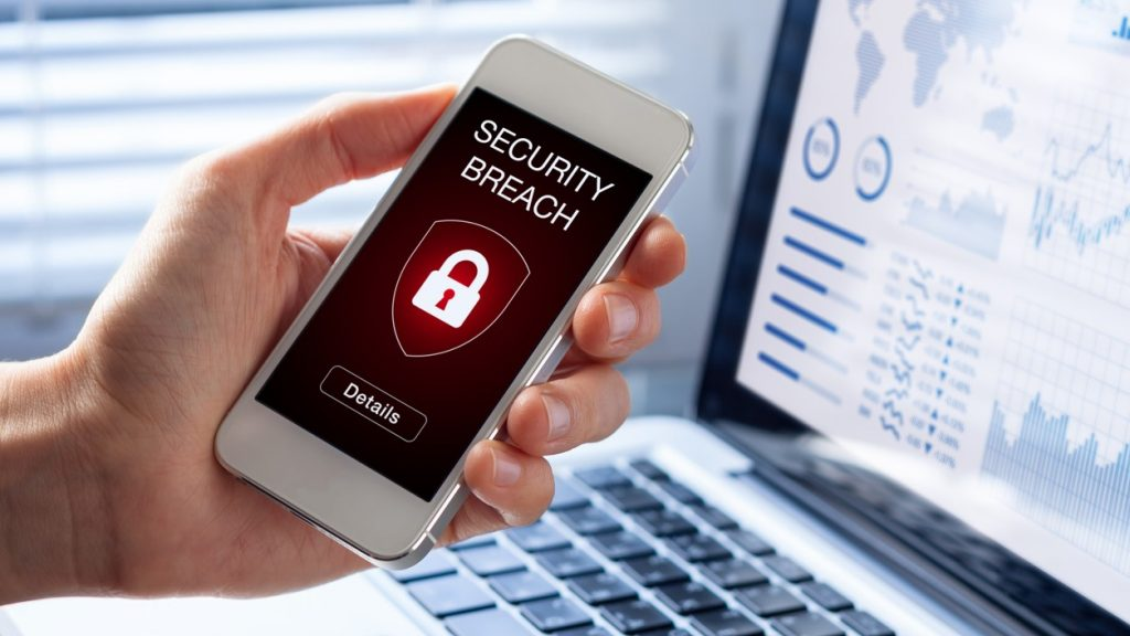 Brecha de seguridad, alerta en celular. Concept: crédito