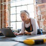Dueña de taller usando un laptop. Concepto: Presupuesto para pequeñas empresas