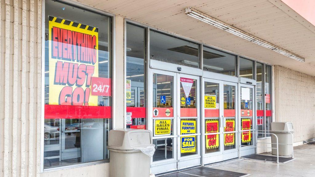 Toma horizontal de una tienda departamental que está en quiebra, descuentos. Concept: recesión