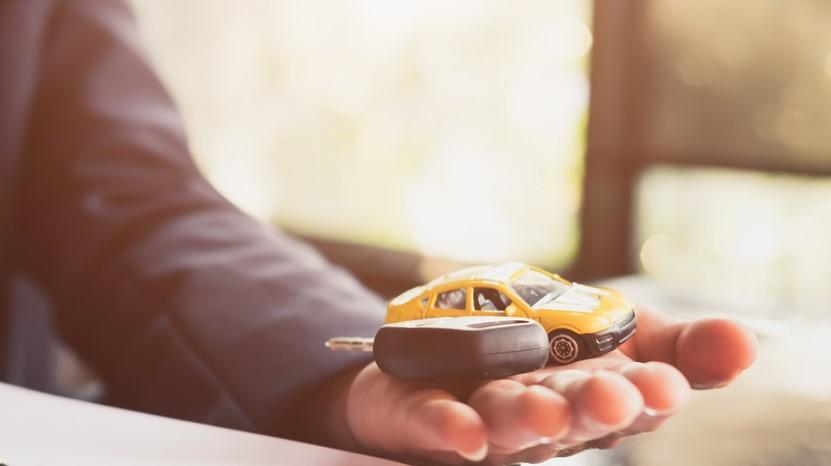 Close up de un hombre de negocio con un contrato de compra de un vehículo. concept: vehículo comercial