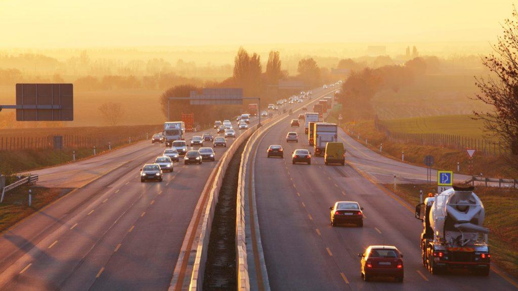 Tráfico en autopista, carretera, calle. Concept: vehículo comercial