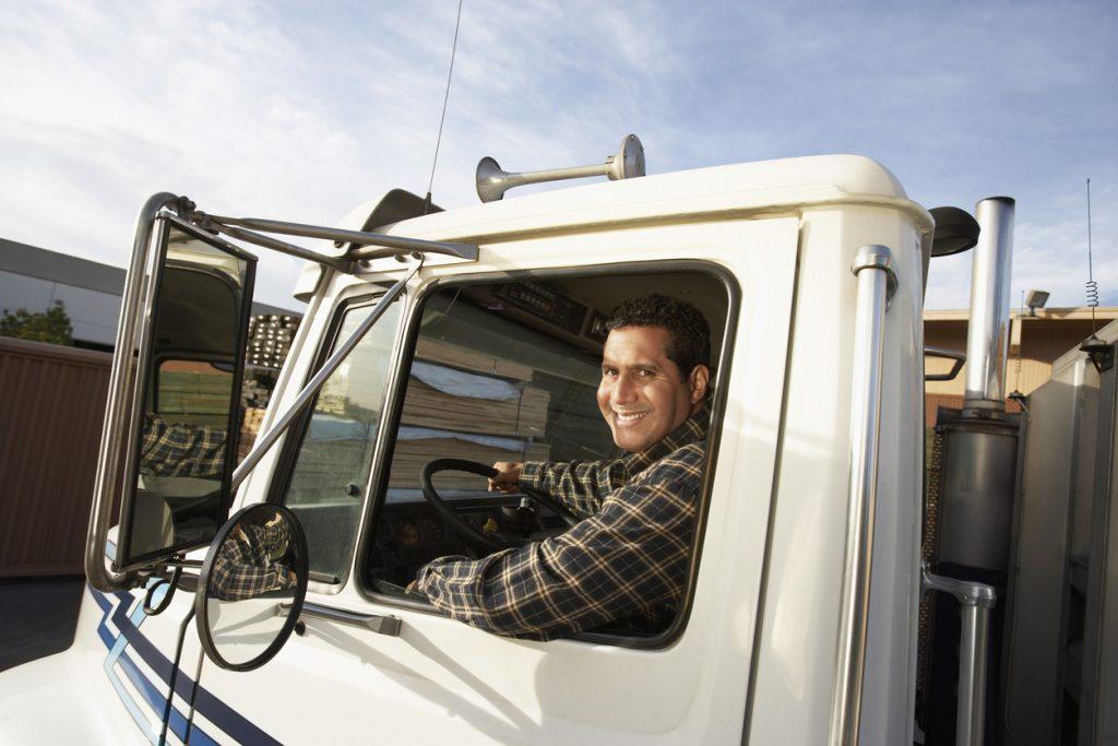 Conductor de camión tras el volante. Concept: vehículo comercial