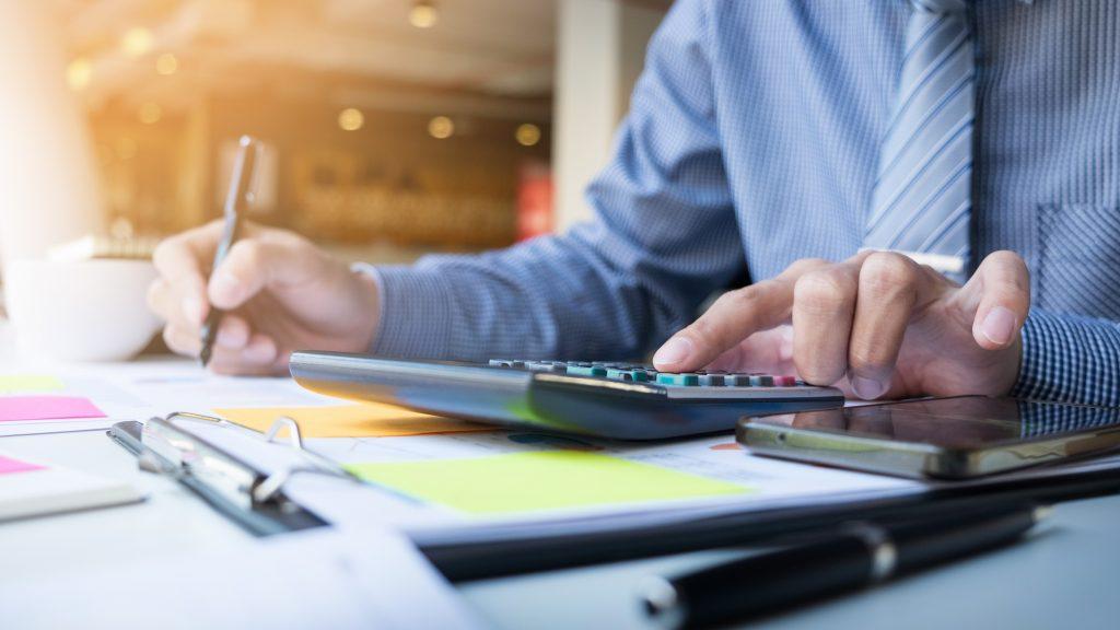 Hombre de negocios calculando, revisando números y cifras. Concept: gestión de inventario Business photo created by snowing - www.freepik.com