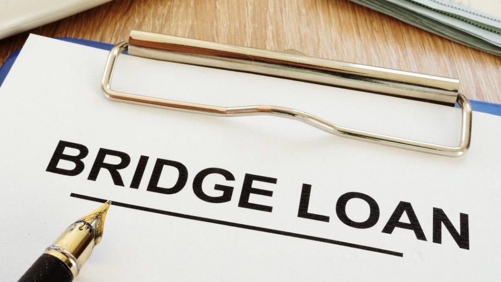 Aplicación para préstamo puente sobre un escritorio. Concept: préstamos puente