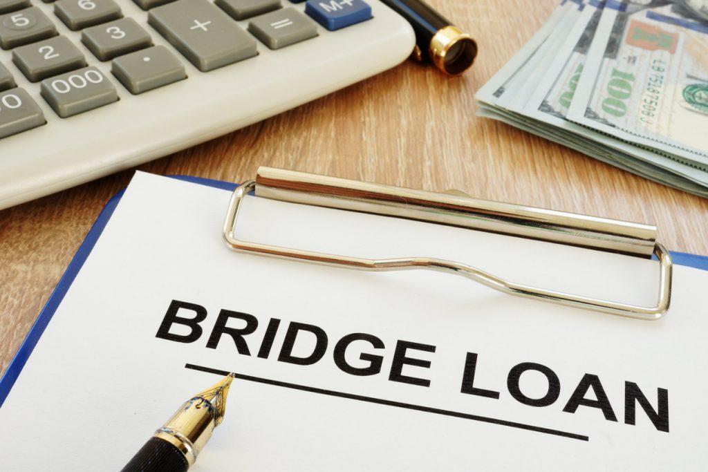 Aplicación para un préstamo puente en un escritorio. Concept: préstamo puente
