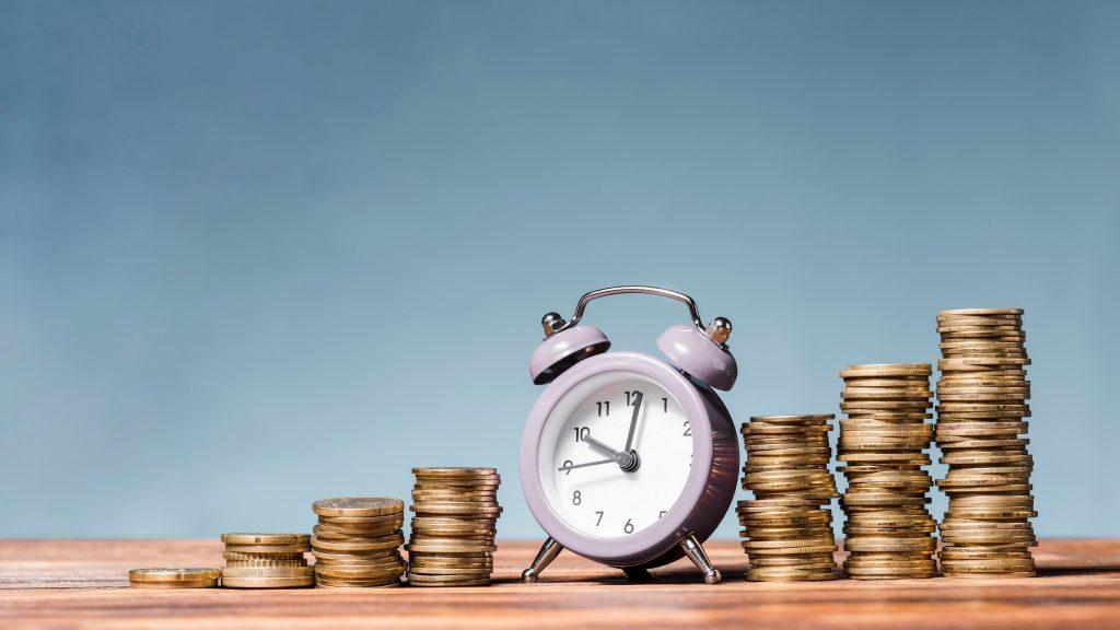 dinero, monedas, tiempo, reloj, alarma, conept: préstamo puente. Designed by Freepik
