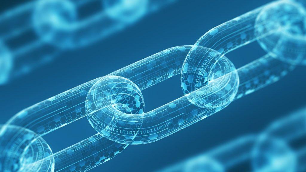 Tres cadenas digitales diagonales en un fondo azul. Tecnología de blockchain, concepto. Concept: criptomonedas