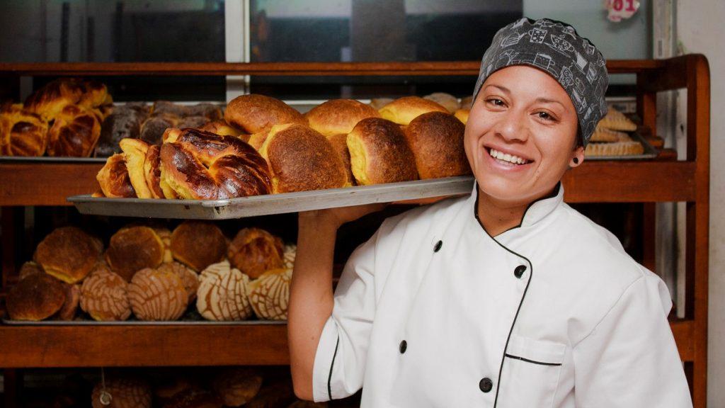 Panadera en una panaderia local. Concept: ingresos y ganancias