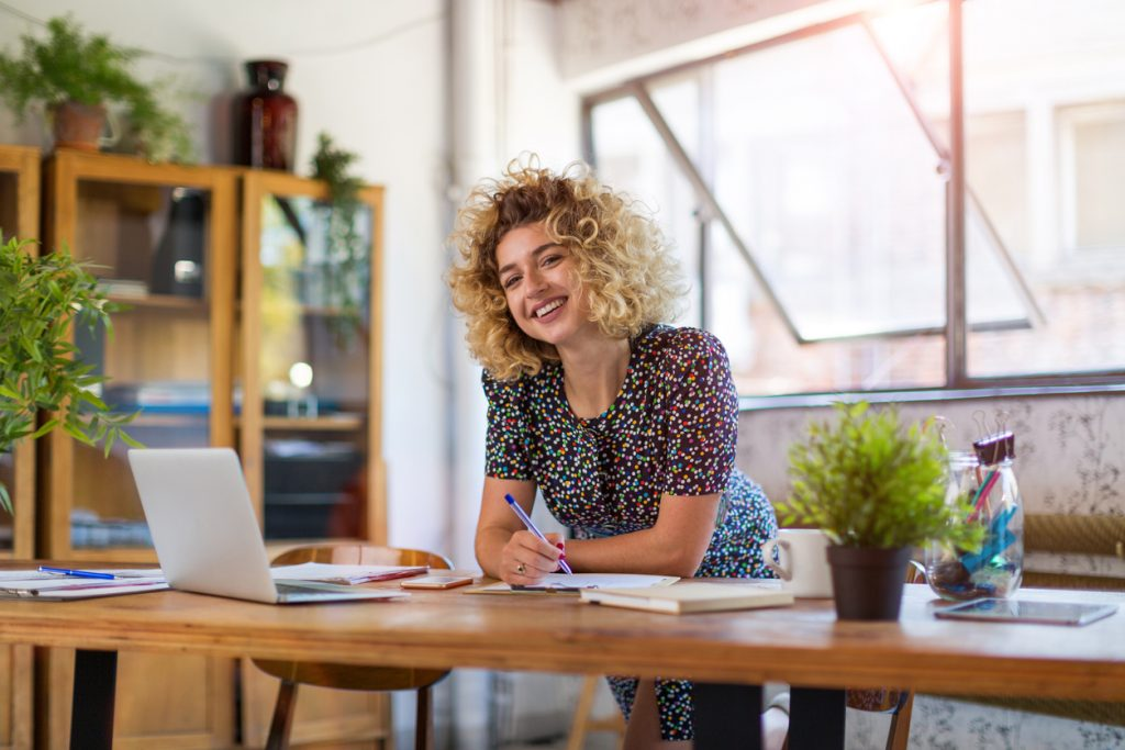Mujer creativa en su estudio. Concepto: solopreneur.
